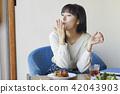 一個年輕成年女性 女生 女孩 42043903
