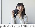 一個女人用相機 42043914