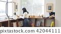 成熟的女人 一個年輕成年女性 女生 42044111