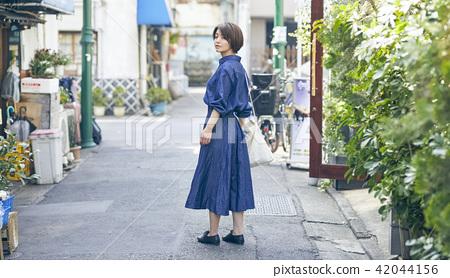 一個女人走路 42044156