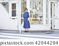 一个女人走路 42044294