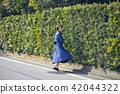 一个女人走路 42044322
