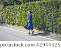 一个女人走路 42044325