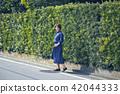 一个女人走路 42044333