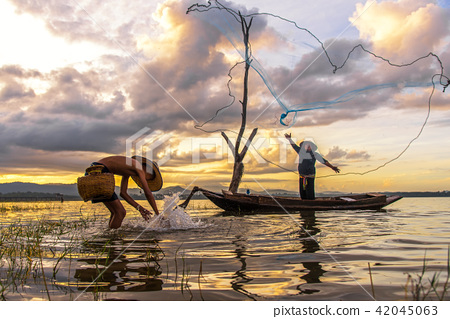 Fisherman action when fishing  42045063