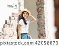 一個年輕女子獨自旅行 42058673