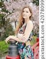 벚꽃을 배경으로 젊은 백인 여성 모델 42078099