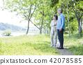 资深妇女结合活跃走的多雪的绿色公园 42078585