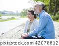 หญิงสูงวัยคู่เดินสวนกระรอกเดินในแม่น้ำ 42078612
