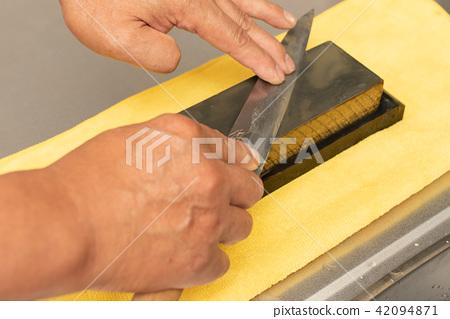 Knife sharpening 42094871