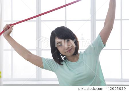 拉彈力帶伸展肌肉的女孩 42095039
