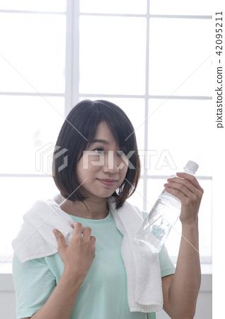 運動後流汗喝水的女孩 42095211