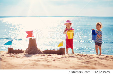 Boy and girl playing on the beach 42124929