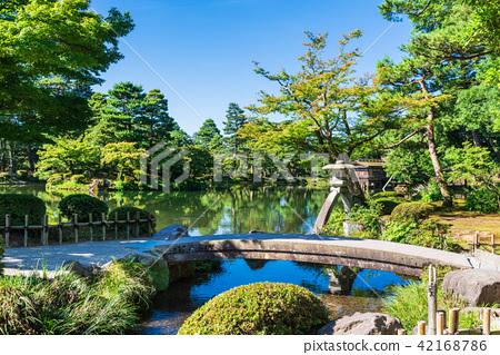 金澤Kenrokuen皇帝燈籠和虹橋橋樑 42168786