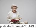 노인, 여자, 책 42184493
