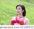 권투 장갑을 붙인 여성 42199552
