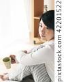 커피 컵을 가진 여자 42201522