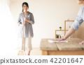 빗자루로 청소를하는 여성과 테이블을 닦는 남자 42201647