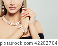 Fashioable jewelry on female body. Necklace 42202704