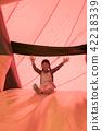 เด็กเล่นกับอุปกรณ์สนามเด็กเล่นในสวนสนุก 42218339