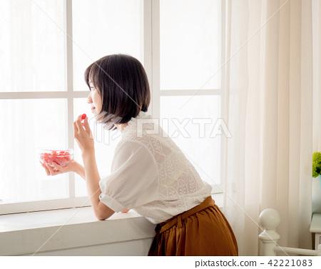 窗邊吃水果的女孩 42221083