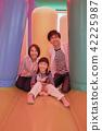 ผู้ปกครองเล่นกับอุปกรณ์สนามเด็กเล่นของสวนสนุกอากาศ 42225987
