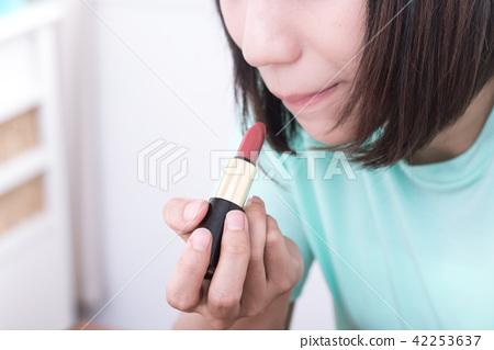 化妝中的女性 42253637