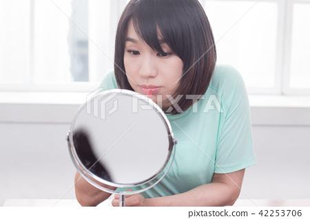 化妝中的女性 42253706