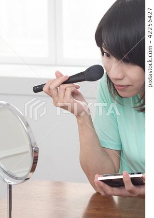 化妆中的美女 42256427