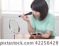 化妆中的美女 42256428