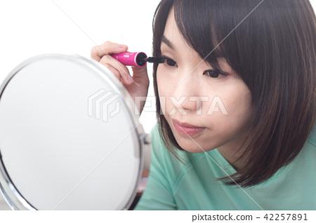 化妆中的美女 睫毛刷 42257891