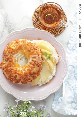 복숭아와 크림 치즈 베이글 샌드위치 42284278