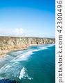바위와 언덕에 둘러싸인 얕은 모래 해안 영국 교외에서 42300496