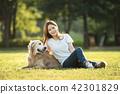 젊은여자, 개, 강아지, 애완동물, 골든 리트리버 42301829