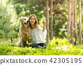 젊은여자, 개, 강아지, 애완동물, 골든 리트리버 42305195