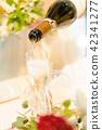 香槟便宜的派对要倒入香槟杯 42341277