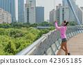 운동으로 단련된 건강미 넘치는 여성 42365185