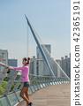 운동으로 단련된 건강미 넘치는 여성 42365191