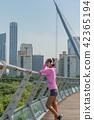 운동으로 단련된 건강미 넘치는 여성 42365194