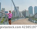 운동으로 단련된 건강미 넘치는 여성 42365197
