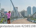 운동으로 단련된 건강미 넘치는 여성 42365198