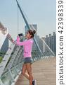 운동으로 단련된 건강미 넘치는 여성 42398339