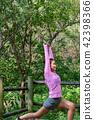 운동으로 단련된 건강미 넘치는 여성 42398366