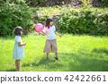 พ่อแม่เล่นลูกในสวนสาธารณะ 42422661