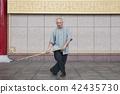 修习太极棍的武术家 42435730