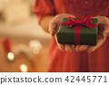 선물을 가진 여자 42445771