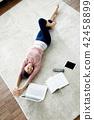 싱글라이프 거실에서 노트북사용 일상 42458899