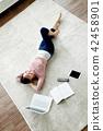 싱글라이프 거실에서 노트북사용 일상 42458901