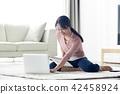 싱글라이프 거실에서 노트북사용 일상 42458924