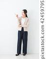 ธุรกิจหญิงพื้นหลังสีขาว 42459795
